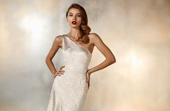 Vestidos de novia con escote asimétrico: 20 modelos románticos