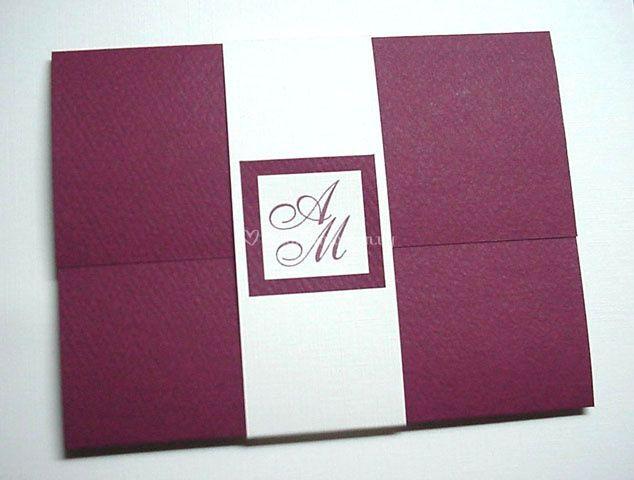 Tarjeta sobre con iniciales