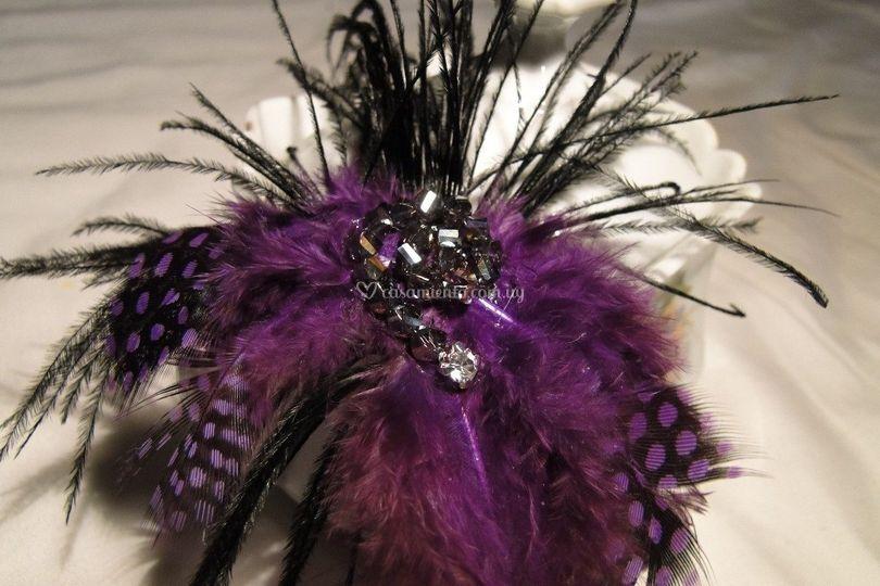 Prendedor plumas y cristales