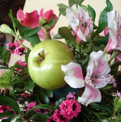 Arreglo floral con manzanas