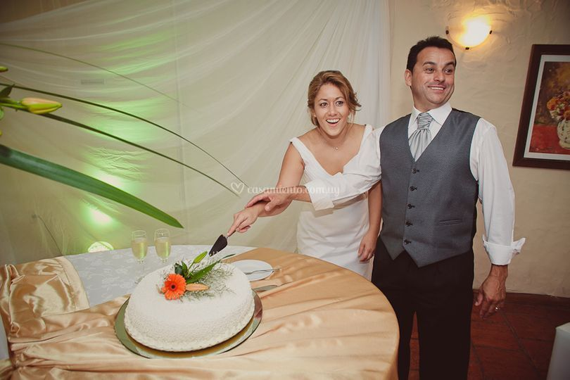 Con su torta de casamiento