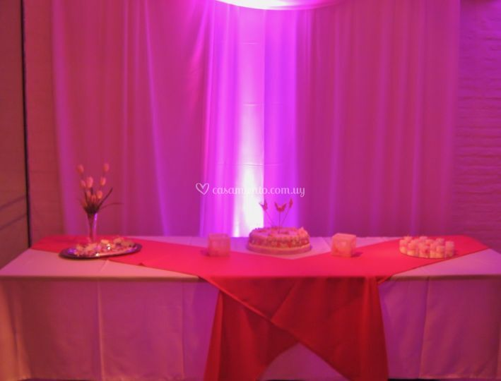 Mesa torta, iluminada con LED rosa