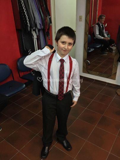 Niño con tiradores
