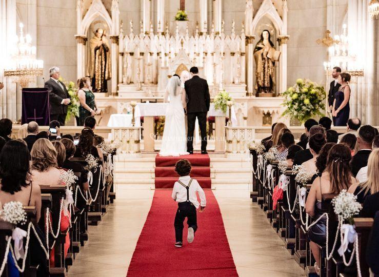 Niño corre hacia el altar