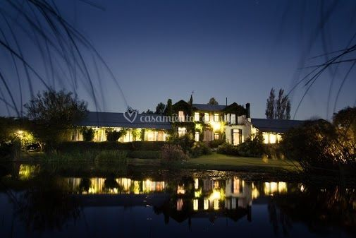 Casa desde lago de noche