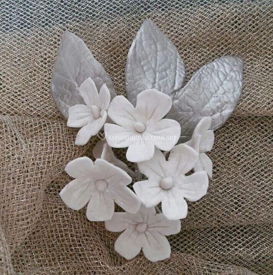 Holas en plata y flores blanca