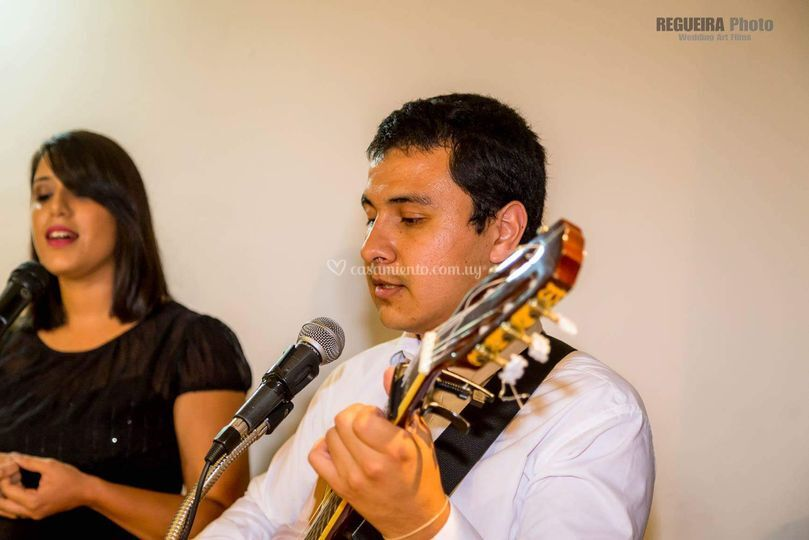 Voces y guitarra