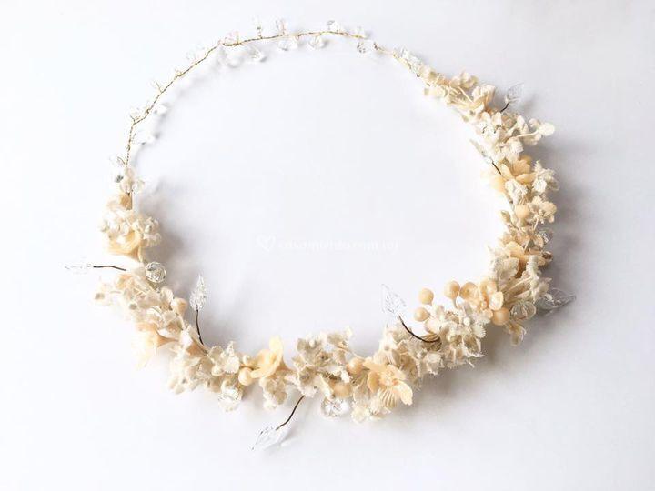 Corona de flores y cristales