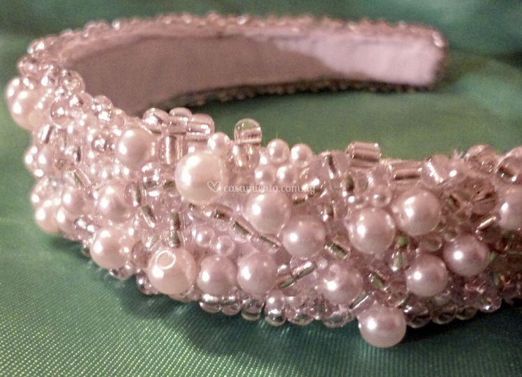 Tiara de perlas y mostacillas