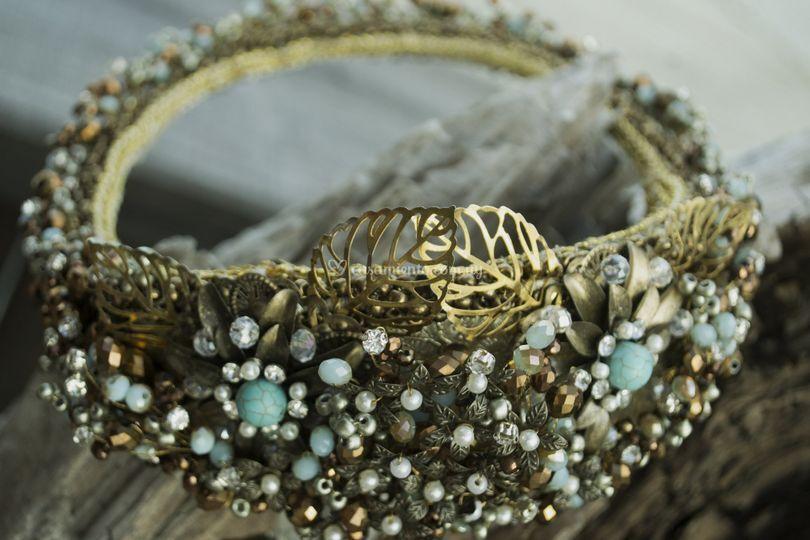 Corona en pedrería y cristales