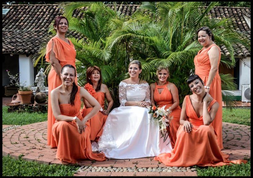 3311ef185e Ayudar a la novia en la elección del vestido de novia y el de las damas de  honor